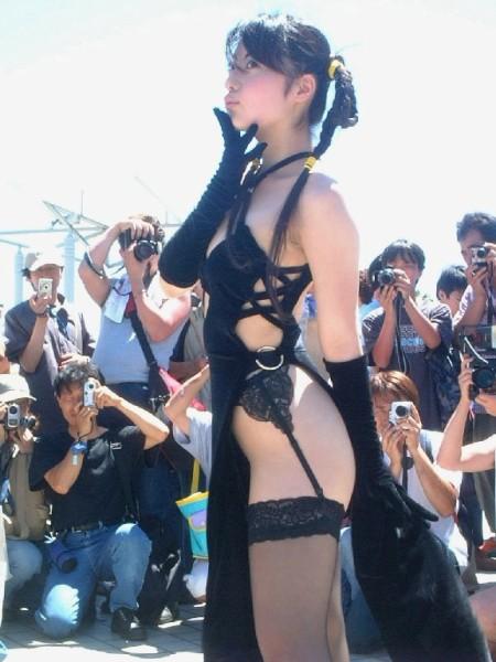 ほとんど裸ってくらいのコスプレ女性 (2)