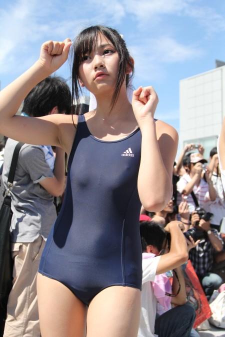 ほとんど裸ってくらいのコスプレ女性 (5)