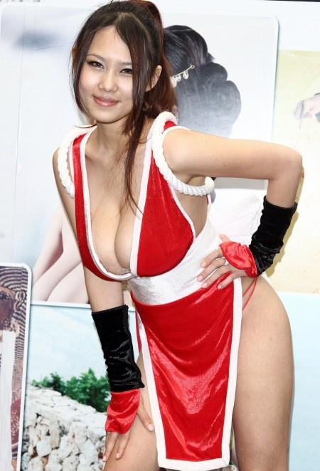 ほとんど裸ってくらいのコスプレ女性 (10)