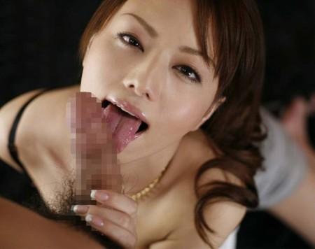 チ●コを舐めたり吸ったりするフェラチオ女性 (1)