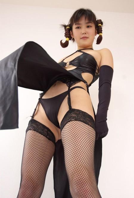 ガーターベルトを付けた下着姿の女性 (3)
