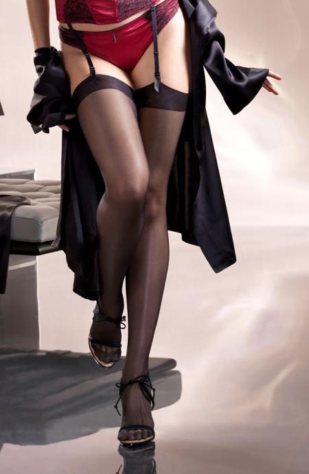 ガーターベルトを付けた下着姿の女性 (12)