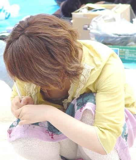 うっかり見えた胸チラ (9)