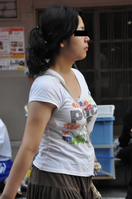 めちゃくちゃ目立ってる着衣巨乳の女性 (7)