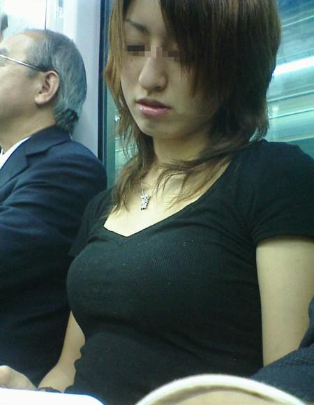 めちゃくちゃ目立ってる着衣巨乳の女性 (10)