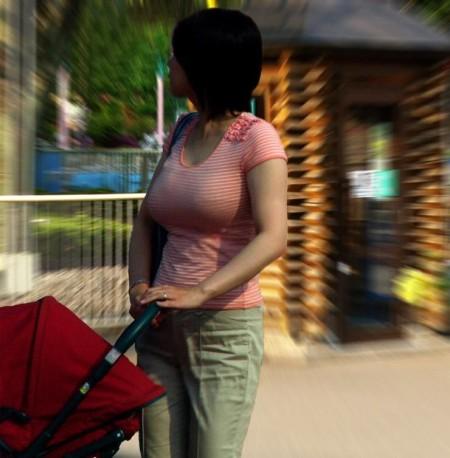 めちゃくちゃ目立ってる着衣巨乳の女性 (13)