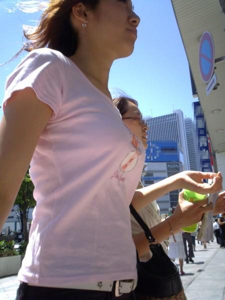 めちゃくちゃ目立ってる着衣巨乳の女性 (15)