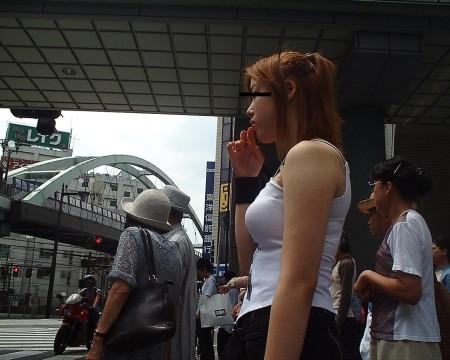 めちゃくちゃ目立ってる着衣巨乳の女性 (17)