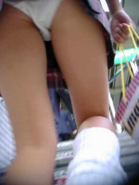 制服のJKのスカートから見えたパンチラ (2)