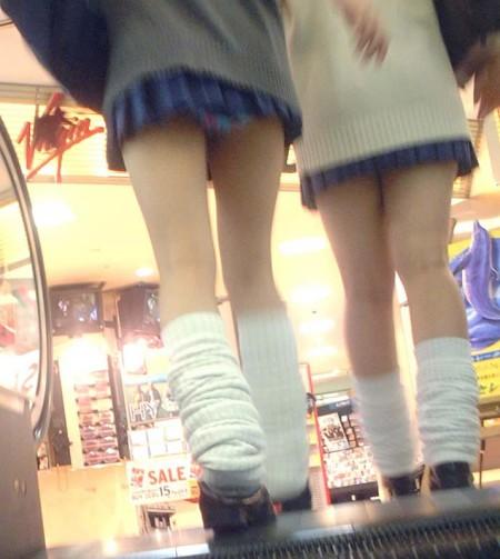 制服のJKのスカートから見えたパンチラ (3)