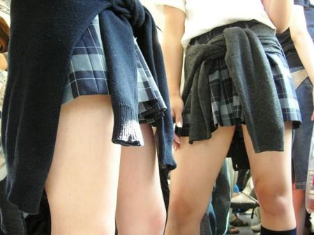 制服のJKのスカートから見えたパンチラ (15)