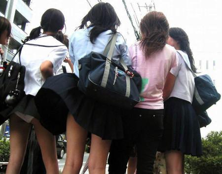 制服のJKのスカートから見えたパンチラ (17)