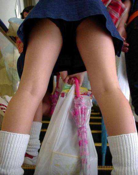 制服のJKのスカートから見えたパンチラ (18)