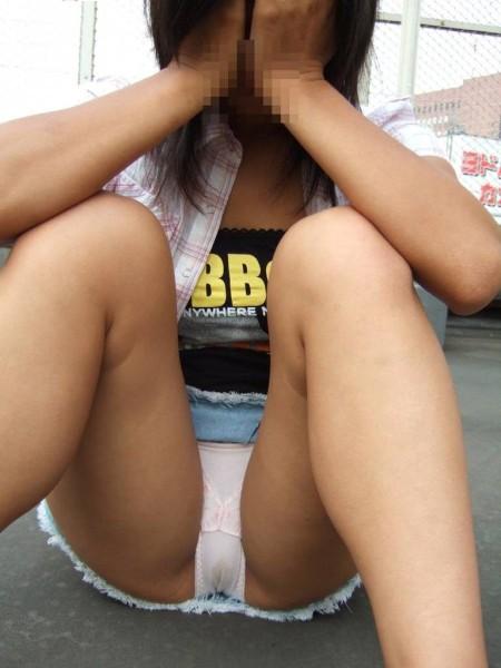 M字開脚して股を開く、エロい女性たち (14)