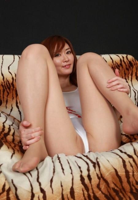 M字開脚して股を開く、エロい女性たち (19)