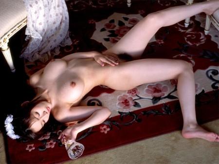 裸になって横になるエロ女性たち (2)