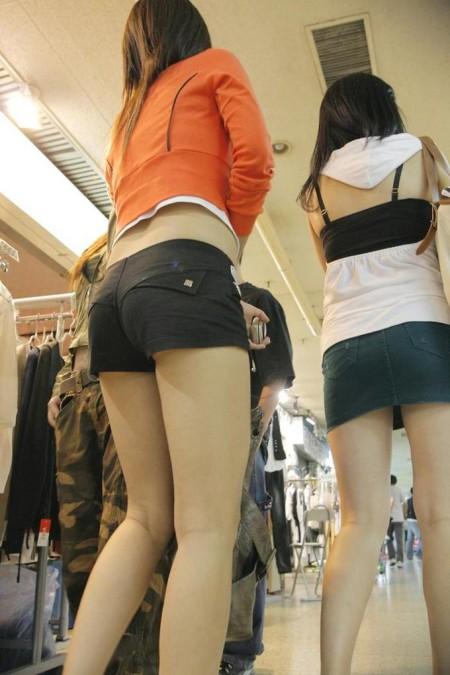 ふとももや半ケツがエロい、ホットパンツの素人女性たち (4)