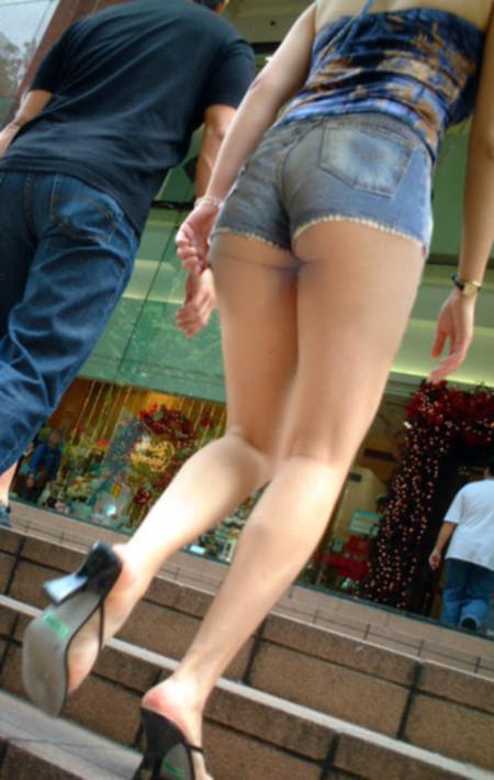 ふとももや半ケツがエロい、ホットパンツの素人女性たち (7)