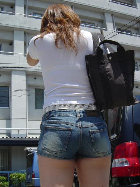 ふとももや半ケツがエロい、ホットパンツの素人女性たち (2)