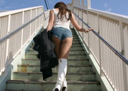 ふとももや半ケツがエロい、ホットパンツの素人女性たち (5)
