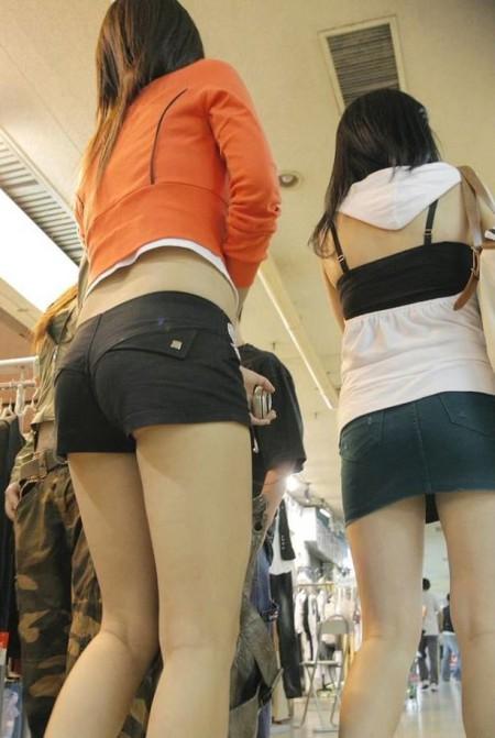 ふとももや半ケツがエロい、ホットパンツの素人女性たち (13)