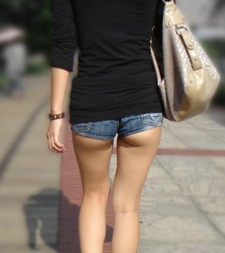 ふとももや半ケツがエロい、ホットパンツの素人女性たち (1)