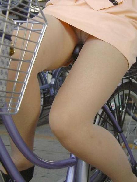 ミニスカートからパンチラしちゃってる女性たち (3)