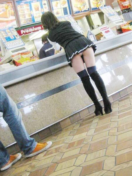 ミニスカートからパンチラしちゃってる女性たち (4)