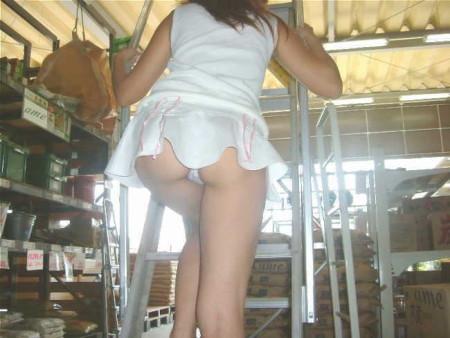 ミニスカートからパンチラしちゃってる女性たち (8)