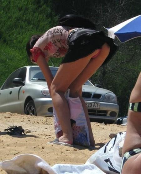 ミニスカートからパンチラしちゃってる女性たち (19)