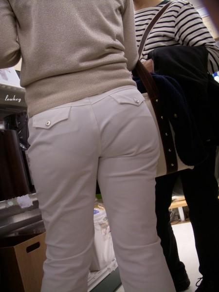 パンツがクッキリ透けてる、透けパン女性 (2)