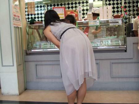 パンツがクッキリ透けてる、透けパン女性 (8)