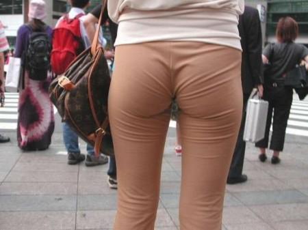 パンツがクッキリ透けてる、透けパン女性 (13)