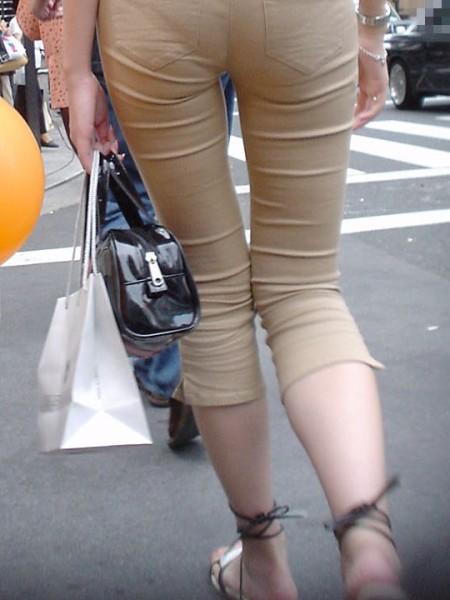 パンツがクッキリ透けてる、透けパン女性 (14)