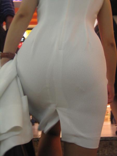 パンツがクッキリ透けてる、透けパン女性 (18)