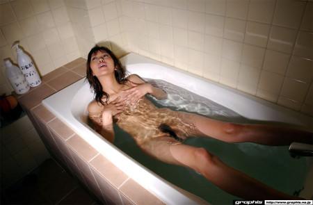 素っ裸でお風呂に入る、坂下麻衣