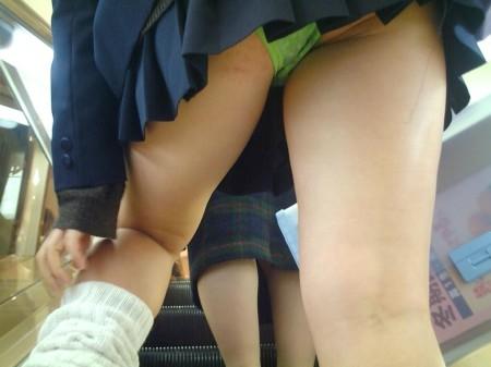 制服からパンチラしてる女子校生 (1)