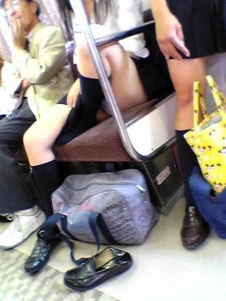 ミニスカート状態のJKスカートからパンチラ (7)