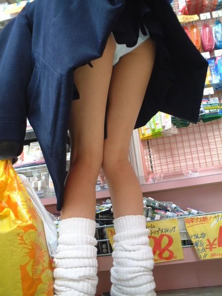 制服からパンチラしてる女子校生 (10)