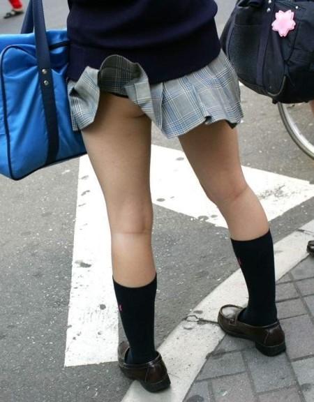 ミニスカート状態のJKスカートからパンチラ (13)