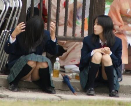 制服からパンチラしてる女子校生 (13)