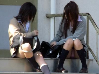 制服からパンチラしてる女子校生 (14)