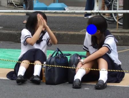 制服からパンチラしてる女子校生 (15)