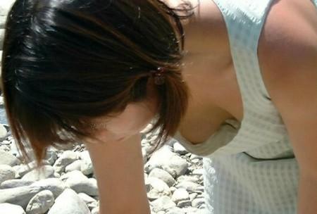 胸の谷間や乳首が見えちゃった、胸チラ女性 (1)