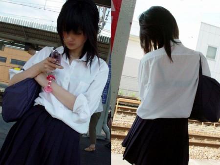 制服の白いブラウスから透けブラしている女子高生 (2)