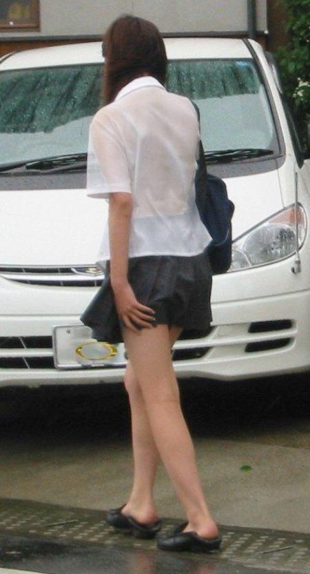 制服の白いブラウスから透けブラしている女子高生 (15)