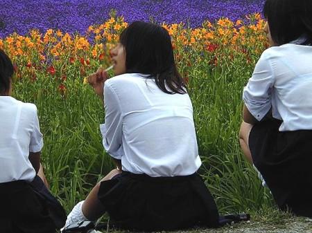 制服の白いブラウスから透けブラしている女子高生 (4)