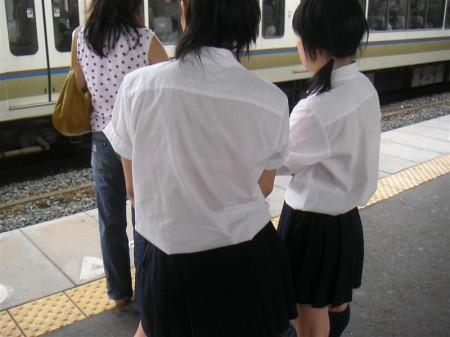 制服の白いブラウスから透けブラしている女子高生 (5)