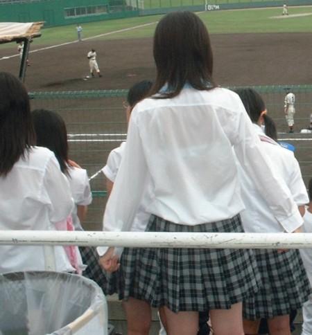 制服の白いブラウスから透けブラしている女子高生 (13)