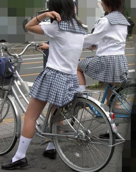制服の白いブラウスから透けブラしている女子高生 (17)
